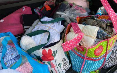 Achtung! Baby doneert vele tassen met kleding